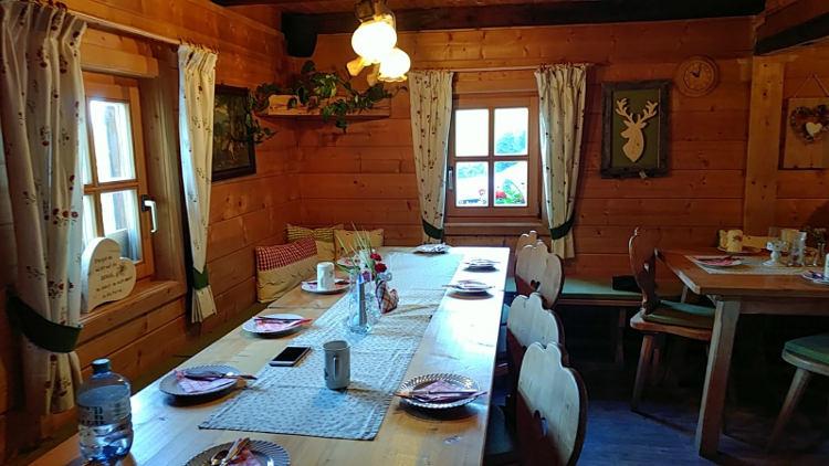 Die gemütliche Stube der Schönwetterhütte in Großsölk, hergerichtet fürs Frühstück. Yoga auf der Alm. Wanderhunger