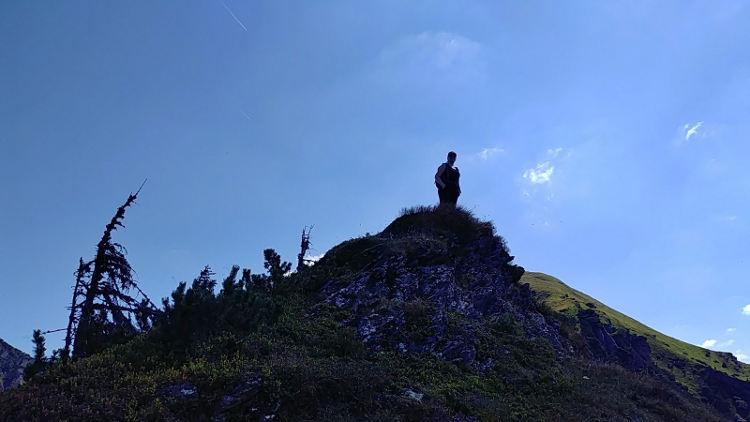 Wanderhunger-Autorin Martina auf dem Weg zum Gumpeneck in Grosssoelk während Yoga auf der Alm. Wanderhunger