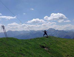 Yoga auf der Alm, ein Erfahrungsbericht, Meinung, Feedback. Krieger 2 auf dem Gumpeneck. Wanderhunger
