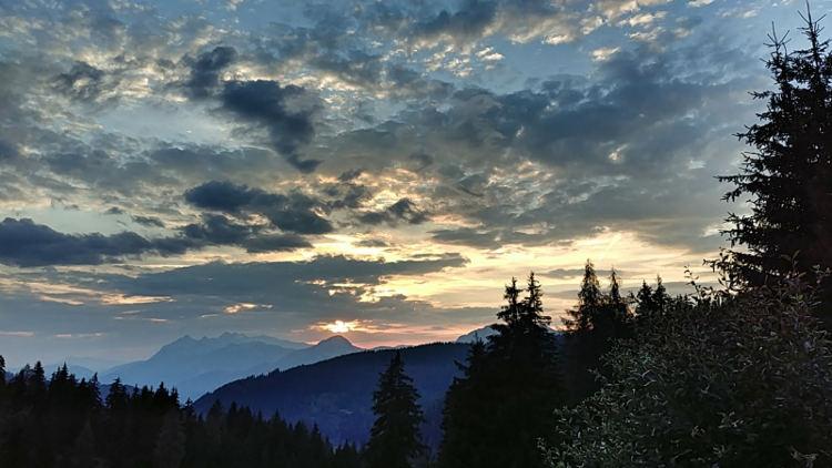 Sonnenuntergang von der Terrasse der Schönwetterhütte bei Yoga auf der Alm. Wanderhunger