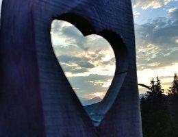 Ein Blick auf den Sonnenuntergang durch den Zaun vor der Schönwetterhütte. Wanderhunger
