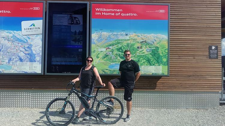 Wir sind in kürzester Zeit mit den eMountainbikes bei der Bergstation des Areit Xpress angekommen und freuen uns über die tollen Fahrräder. Wanderhunger