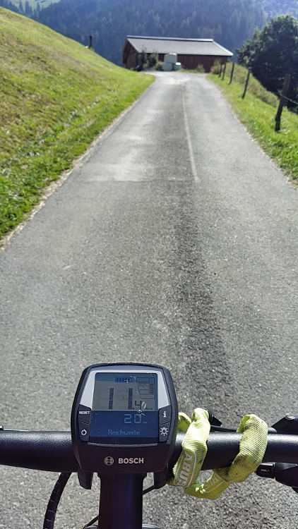 Kaum zu glauben, mit dem eMountainbike geht es richtig schnell den Berg hinauf. Der Fahrradcomputer zeigt 11 km/h. Wanderhunger