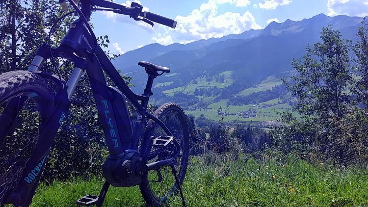 Mein eMountainbike trägt mich hoch auf die Berge, die Aussicht ins Tal ist einfach herrlich. Wanderhunger