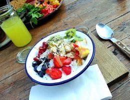 Großzügige Müslischale mit Früchten bei Factory Girl zum Frühstück in Berlin. Wanderhunger.