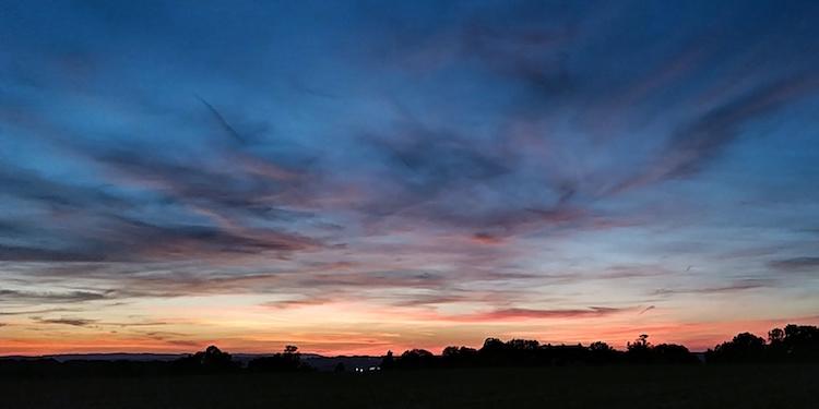 Während des Stresses mit Umziehen, Ausziehen und Ausräumen ist ein schöner Sonnenuntergang ein Moment zum Durchatmen. Wanderhunger