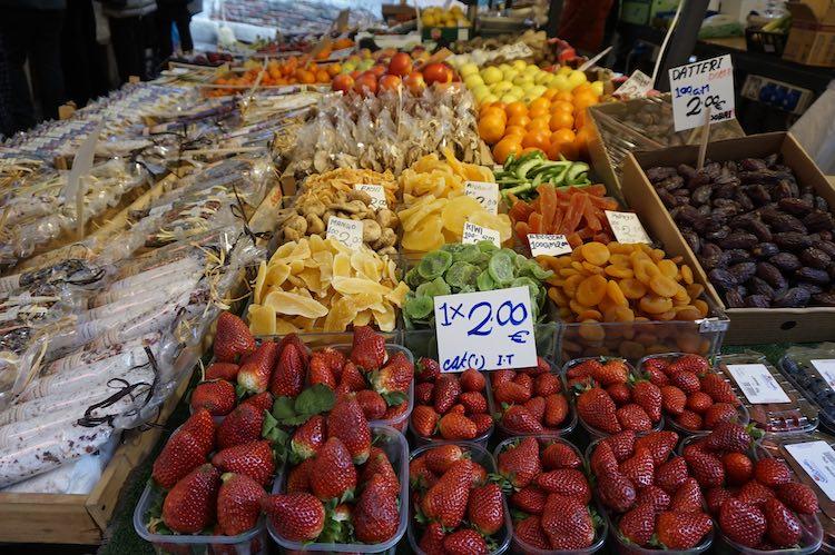 Frisches und getrocknetes Obst auf dem Markt am Campo Erberia in Venedig. Perfekter Reisetag. Wanderhunger