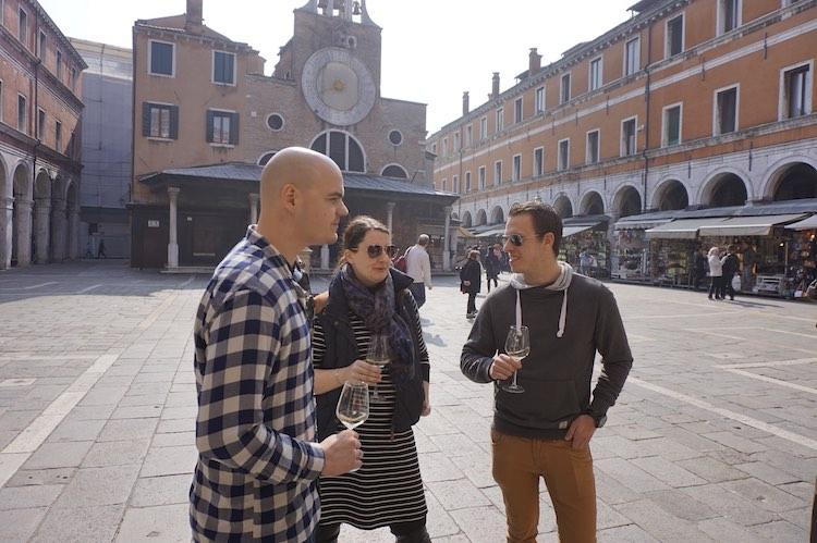 In Venedig mit Freunden in der Sonne stehen und Wein trinken. Wanderhunger, perfekter Reisetag.