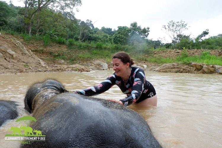 Wir reiben die Elefanten im Schlammbad mit Schlamm ein und bespritzen sie mit Wasser. Elephant Retirement Park 9 Dee, Phuket, Wanderhunger