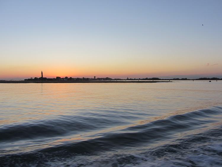 Venedig vom Boot aus gesehen im Sonnenuntergang. Perfekter Reisetag. Wanderhunger