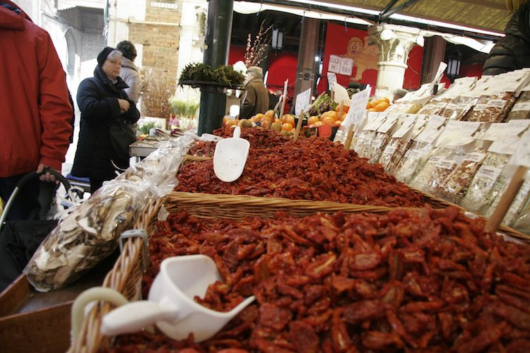 Der wunderbare Markt auf dem Campo Erberia in Venedig. Perfekter Reisetag. Wanderhunger