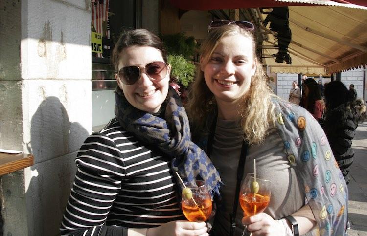 Ein Aperol Spritz in der Sonne mit Freunden in Venedig. Perfekter Reisetag. Wanderhunger