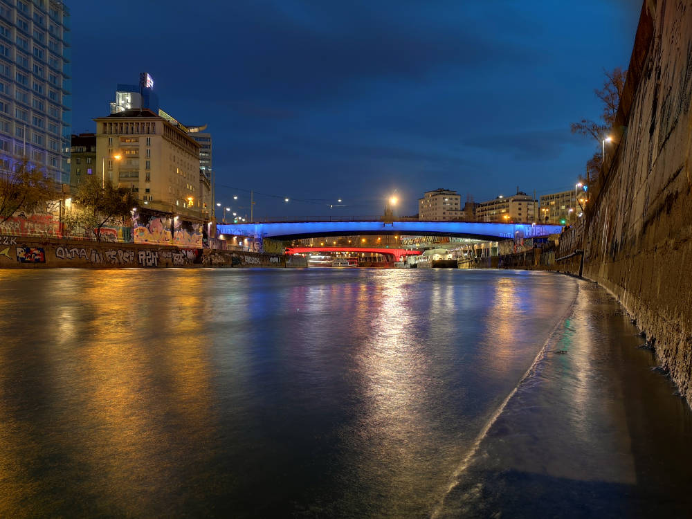 Wien Donaukanal bei Nacht, beleuchtete Brücken, 1. Bezirk, Huawei P20 Pro. Wanderhunger