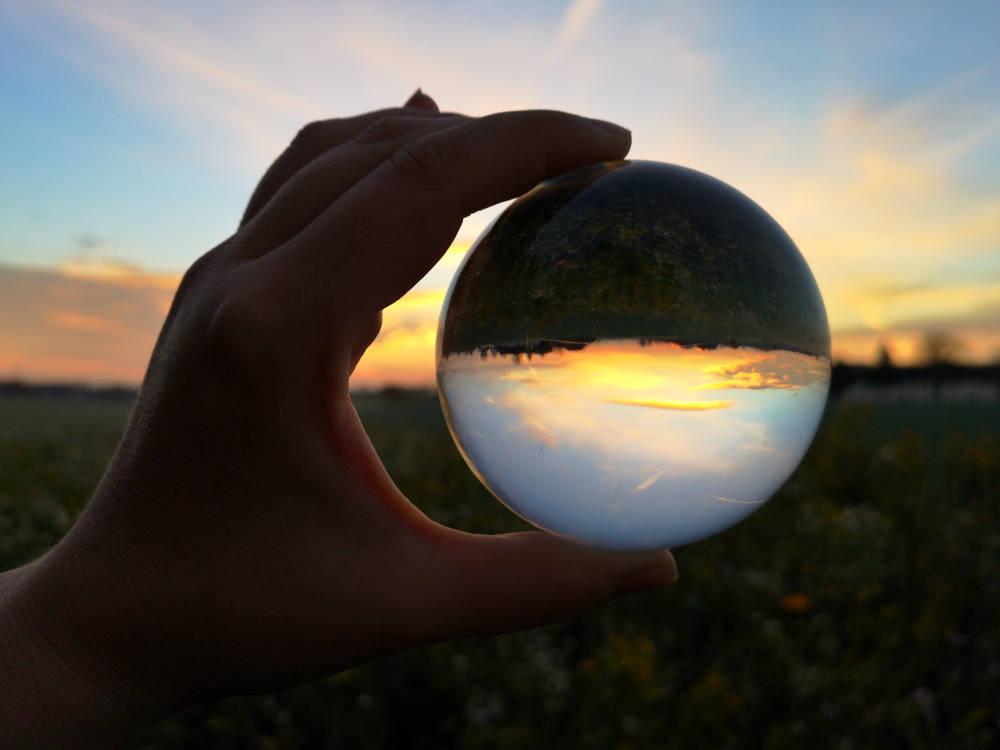 Sonnenaufgang fotografiert durch einen Lensball/Kristallkugel mit einem Huawei P20 Pro. Technik auf Reisen. Wanderhunger