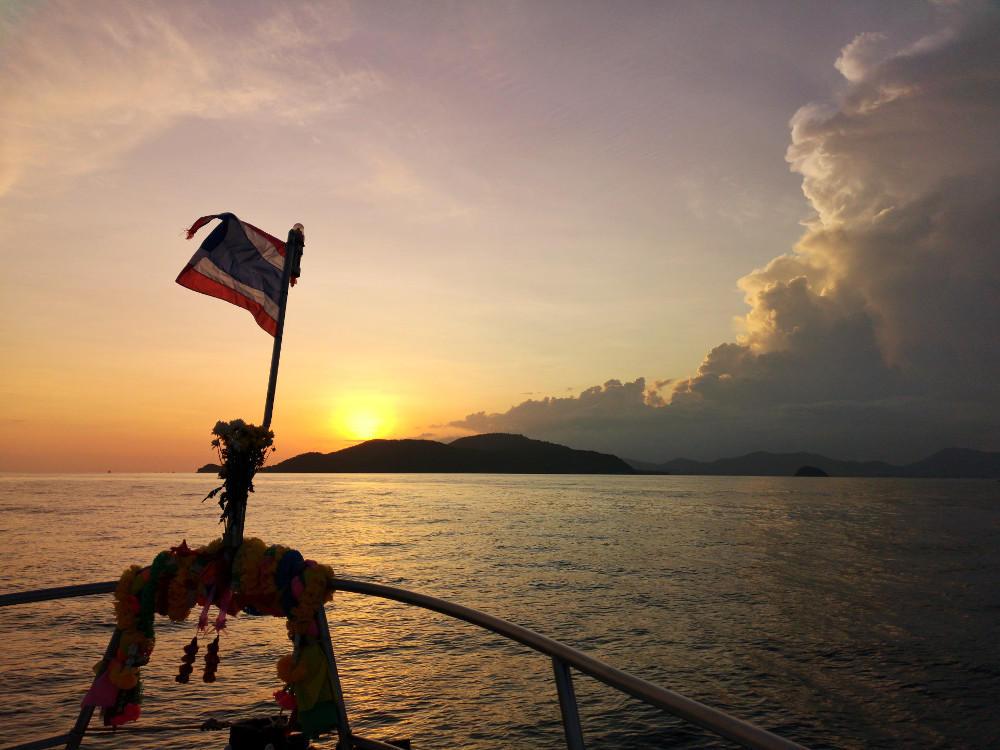 Sonnenuntergang auf der Rückfahrt vom Tauchtrip mit All4Diving auf dem Boot Mermaid. Rückblick auf eine Woche in Patong Beach. Wanderhunger
