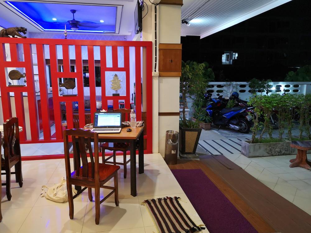 Arbeit am Blog im offenen Foyer des Hotels Green Harbor in Patong Beach auf Phuket. Rückblick auf eine Woche Thailand. Wanderhunger