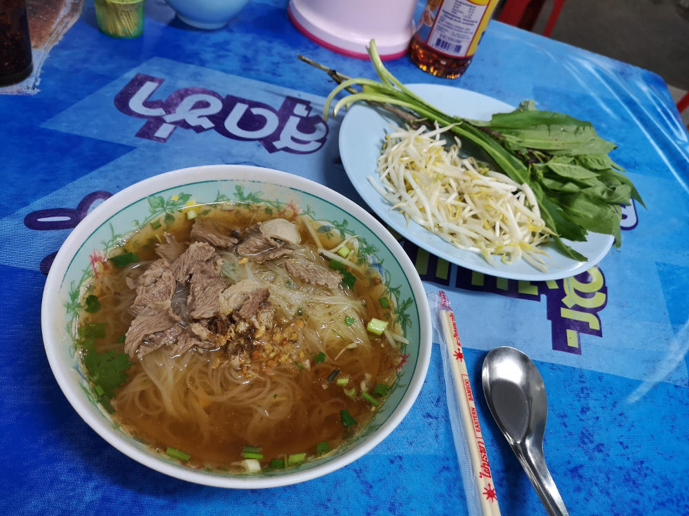 Typisches Thailändisches Streetfood: die Beef Noodle Soup mit frischen Thai-Kräutern und Sojasprossen. Wanderhunger