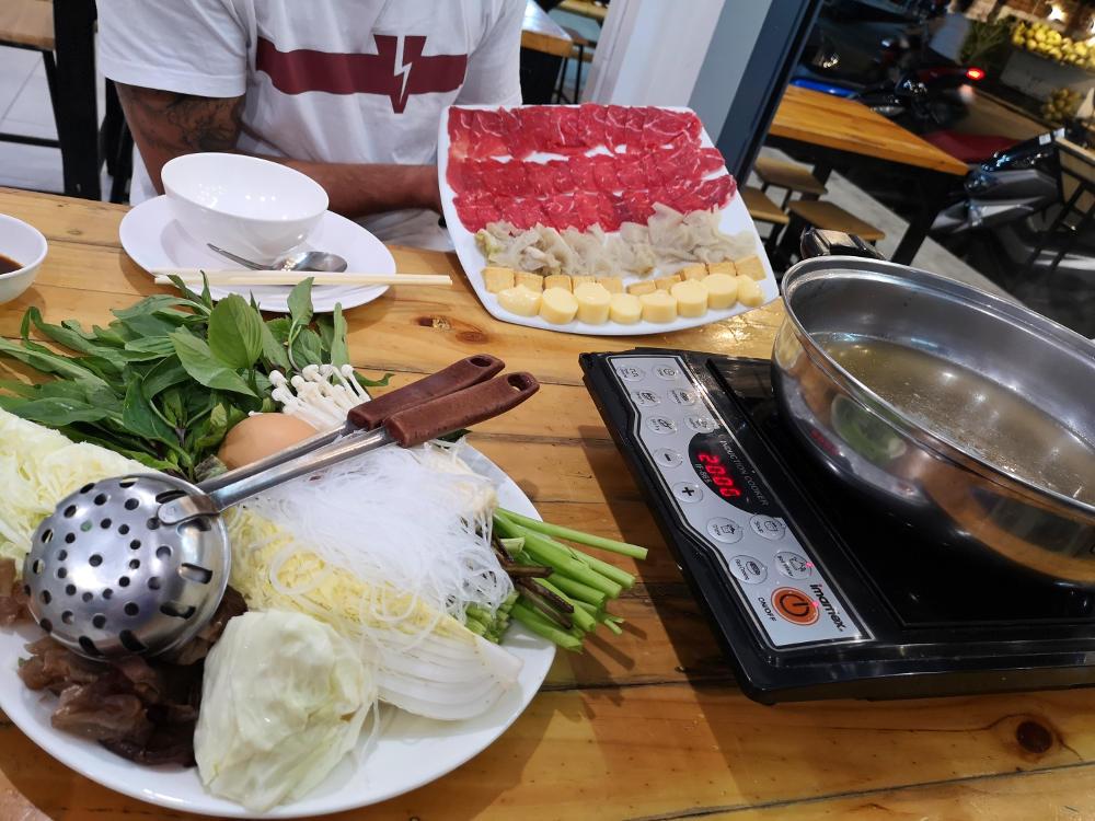 Die Zutaten für einen Thaihotpot sind thailändische Kräuter, Pilze, Fleisch, Gewürzpaste und eine richtig gute Suppe. Wanderhunger