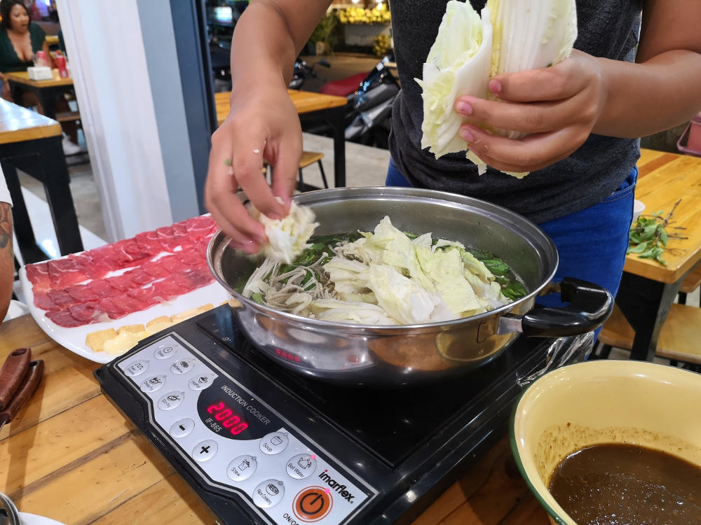 Zum Thai Hotpot kommen Pilze und frischer Salat. Wanderhunger