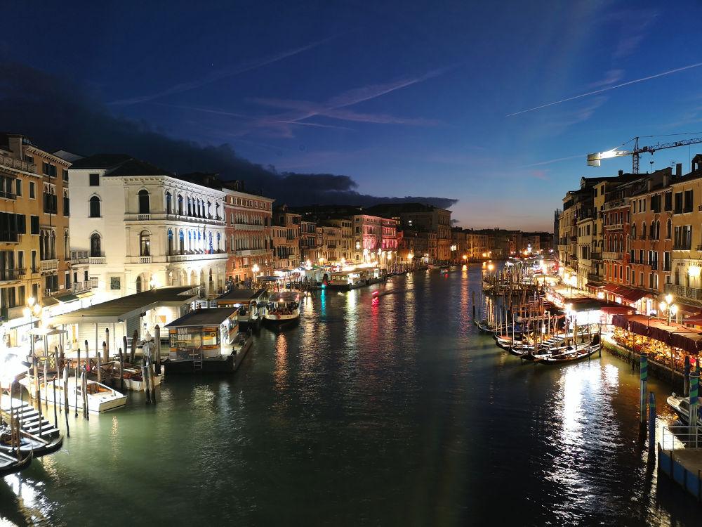 Ausblick von der Ponte di Rialto/Rialtobrücke im nächtlichen Venedig/bei Nacht. #fopa 2. HJ 2018. Wanderhunger Reiseblog