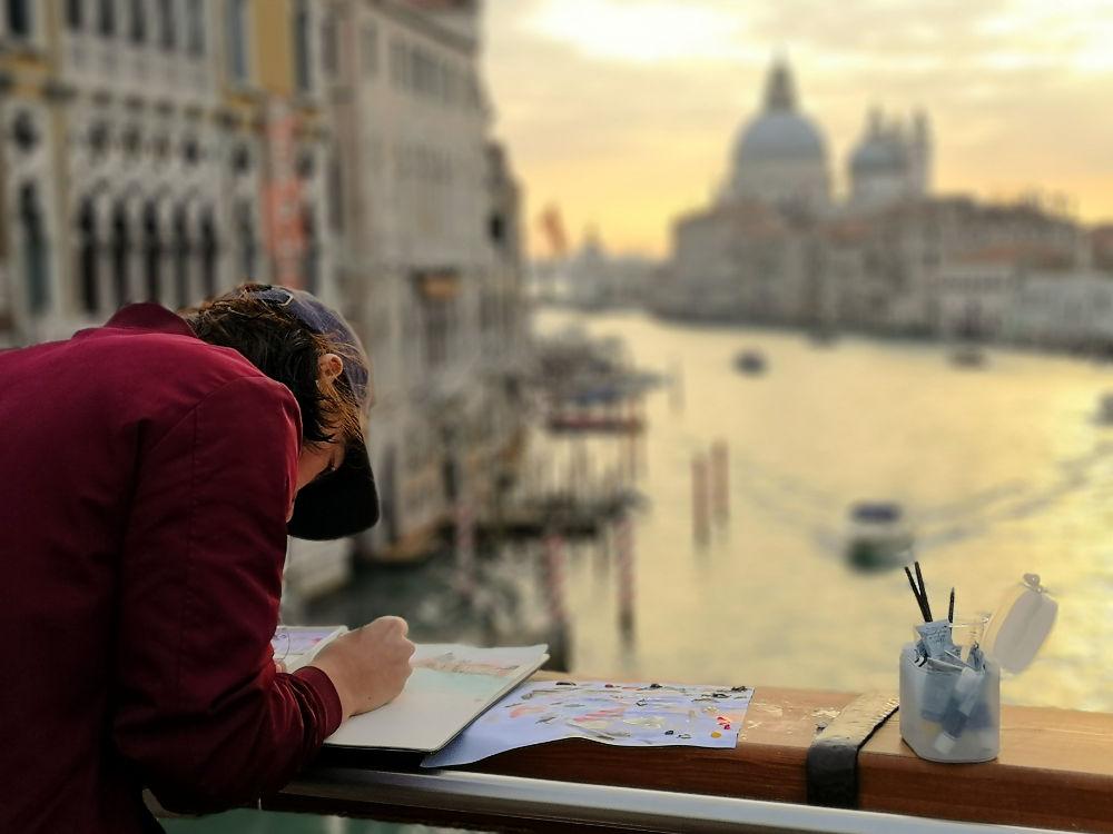 Ein junger Künstler/Maler auf der Ponte dell'Accademia in Venedig bei Sonnenaufgang. #fopa 2. HJ 2018. Wanderhunger Reiseblog