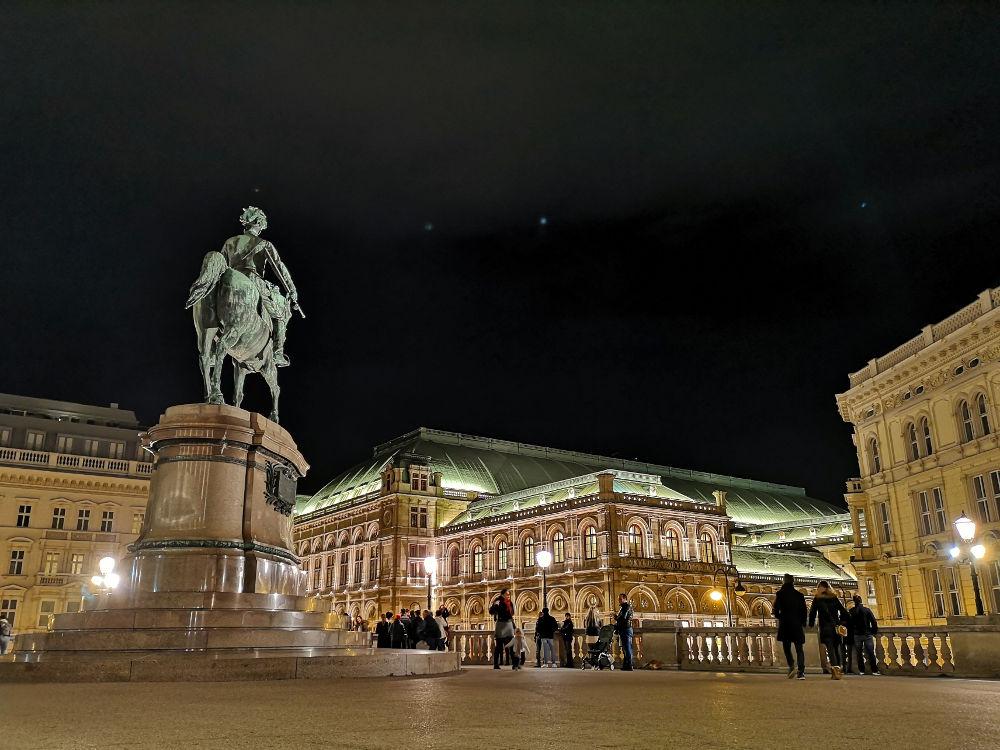 Das Reiterstandbild vor der Albertina im nächtlichen Wien, im Hintergrund die Wiener Staatsoper. #fopa 2. HJ 2018. Wanderhunger Reiseblog