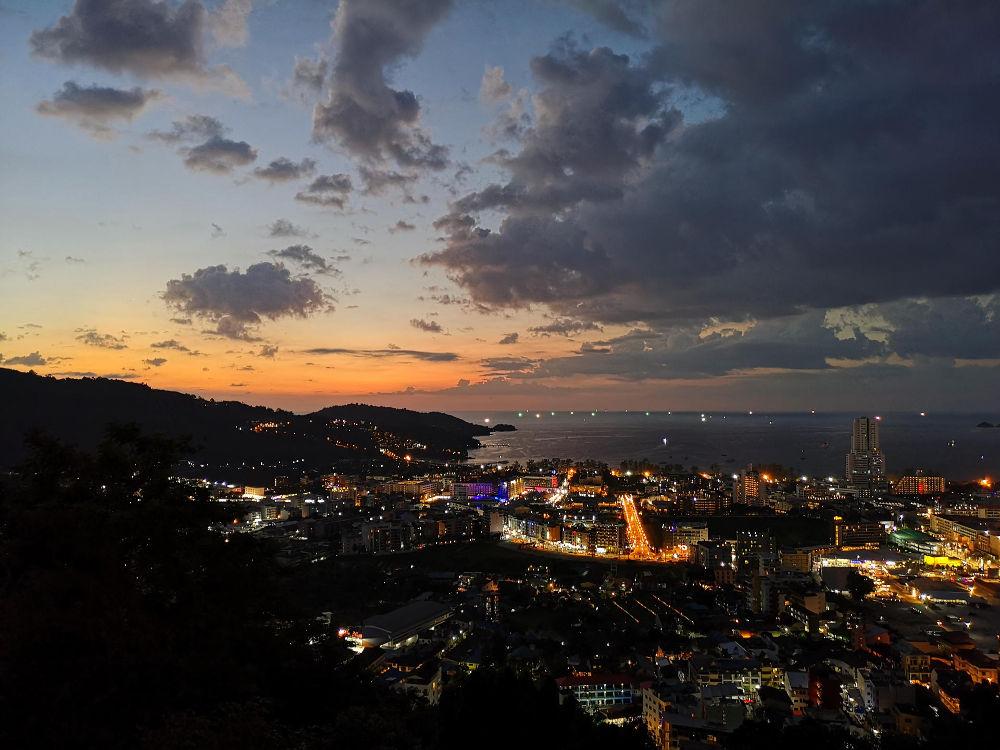 """Aussicht vom Patong Sunset View Restaurant in Patong Beach, Phuket, Thailand. Fopa 2. HJ 2018, Kategorie """"Aussicht"""". Wanderhunger"""