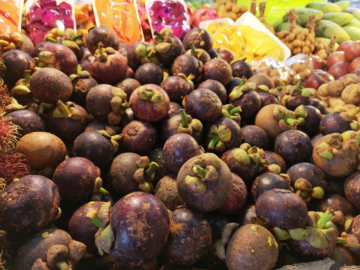 """Die Mangostan oder """"König der Früchte"""" hat nichts mit einer Mango zu tun und ist eher einer Litschi ähnlich. Wanderhunger"""