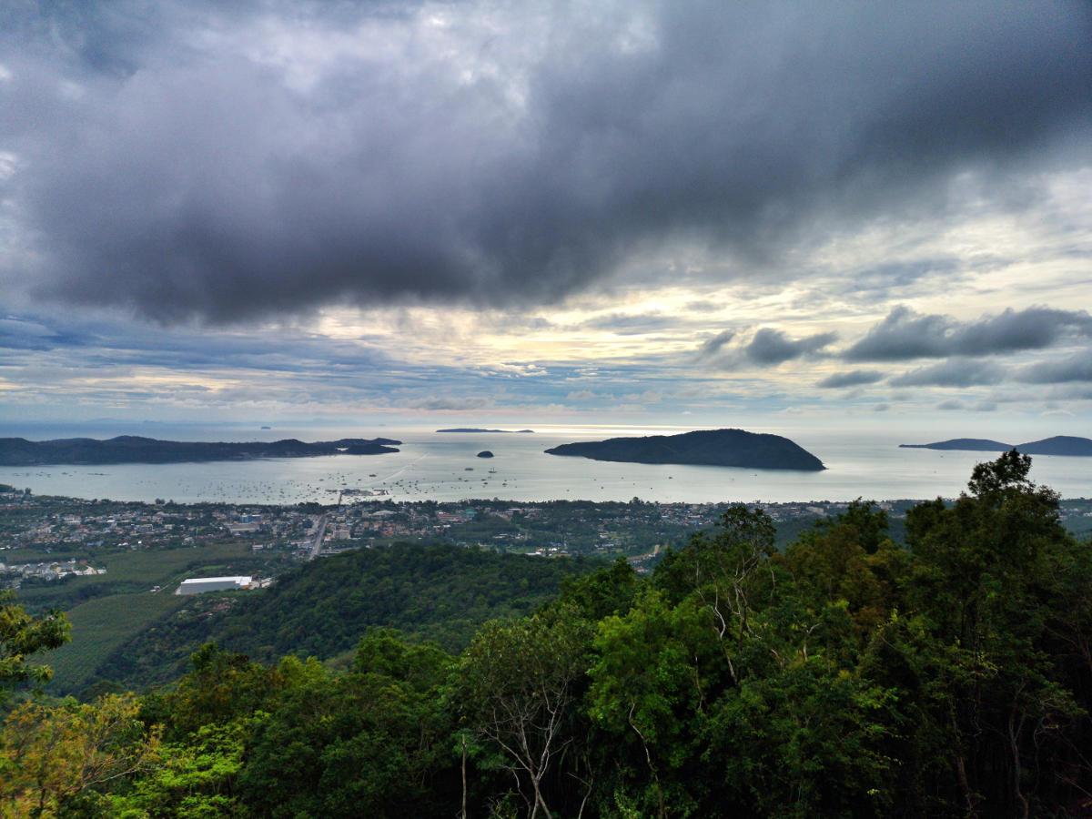 Grandiose Aussicht über Chalong Bay vom Big Buddha Phuket. Wanderhunger