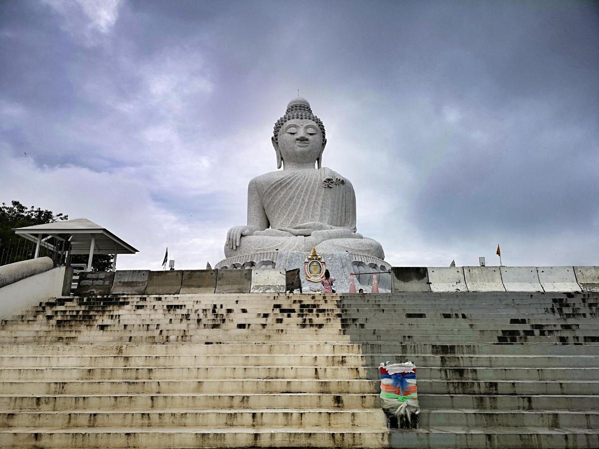 Der mit weißem Marmor verkleidete Big Buddha von Phuket thront auf einem Hügel über Karon. Wanderhunger