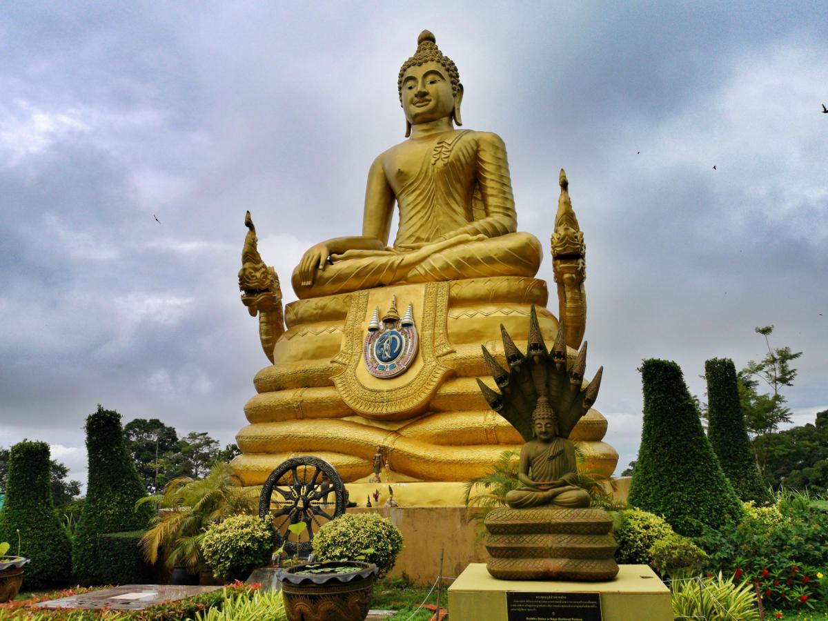 Goldene Buddhastatue beim Big Buddha Phuket. Wanderhunger