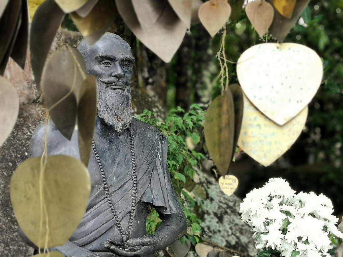 In der Tempelanlage und im Garten des Big Buddha verstecken sich zahlreiche großartige Statuen. Herzen mit Gebeten zieren die Bäume. Wanderhunger