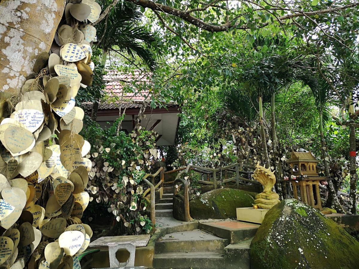 Tempelanlage und Gartenanlage des Big Buddha Tempels auf Phuket. Wanderhunger