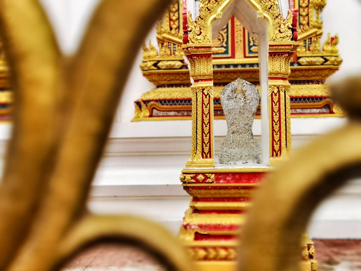 Ein schönes Detail in gold und weiß in der Tempelanlage Wat Chalong auf Phuket. Wanderhunger