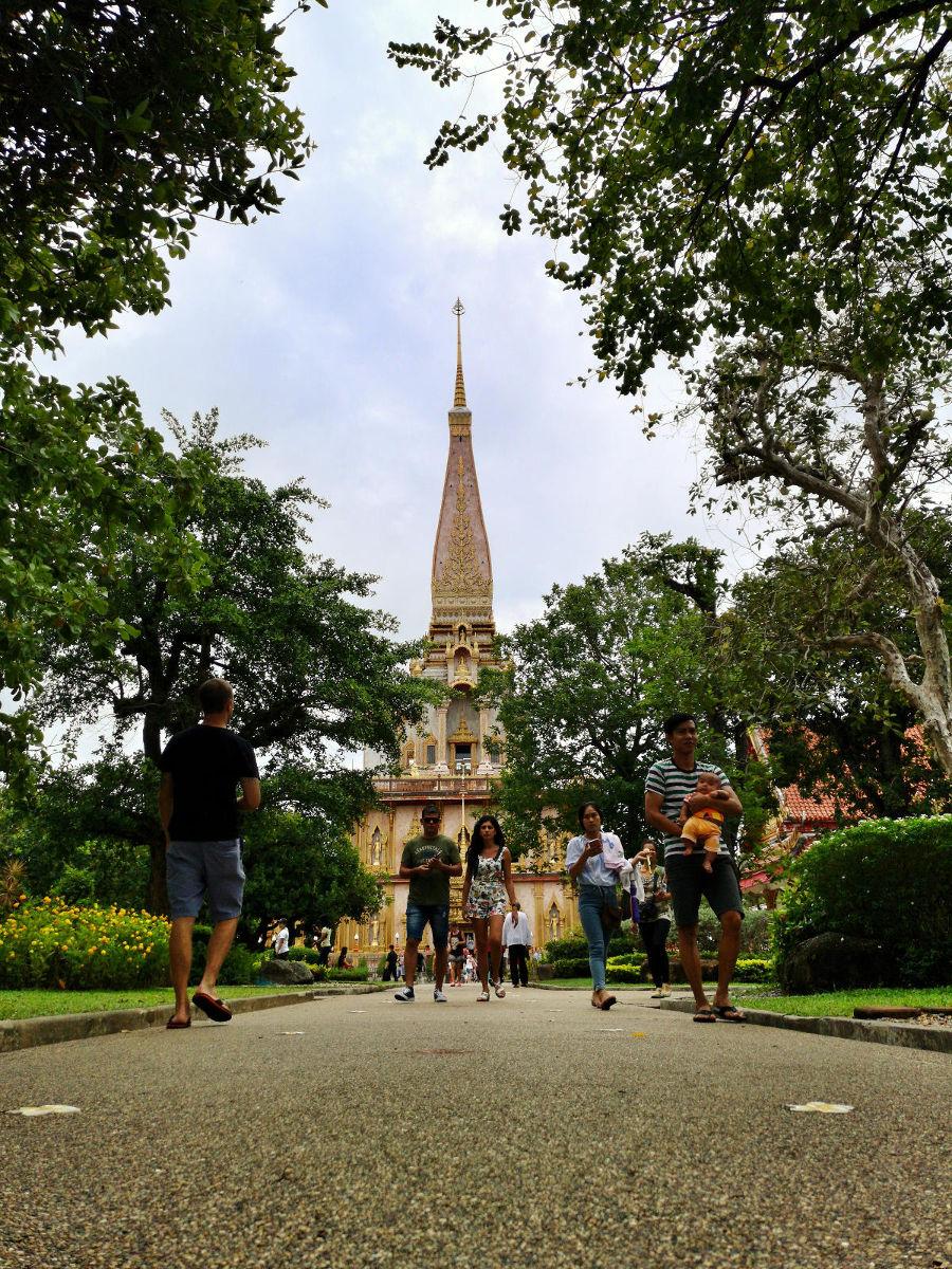 Blick auf den hohen Chedi im Wat Chalong Tempel auf Phuket. Wanderhunger