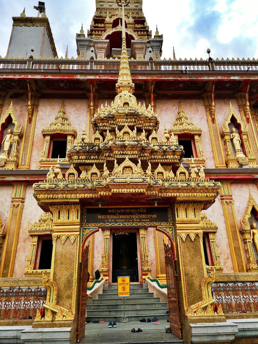 Das Portal des Chedi im Wat Chalong Tempel Phuket. Wanderhunger