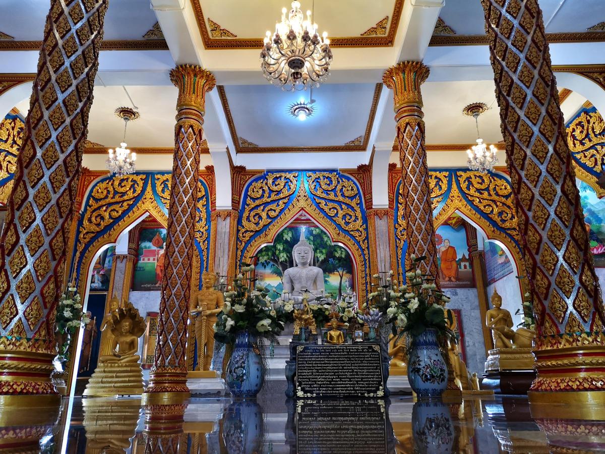 Der Hauptaltar des Wat Chalong Tempels Phuket, vor dem zahlreiche Gläubige Thais beten. Wanderhunger