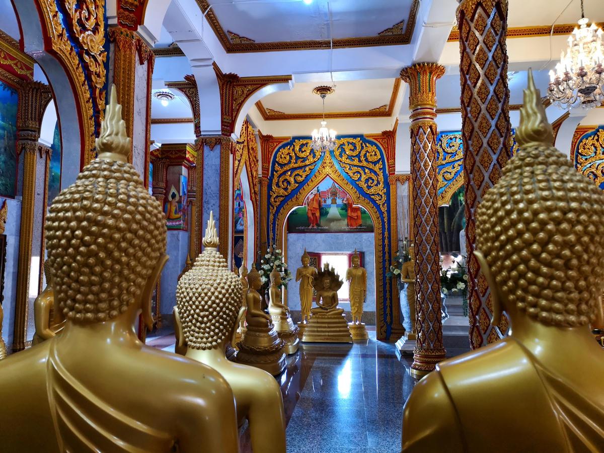 Der Innenraum des Hauptgebäudes des Wat Chalong Tempels beherbert zahlreiche Buddhastatuen. Wanderhunger