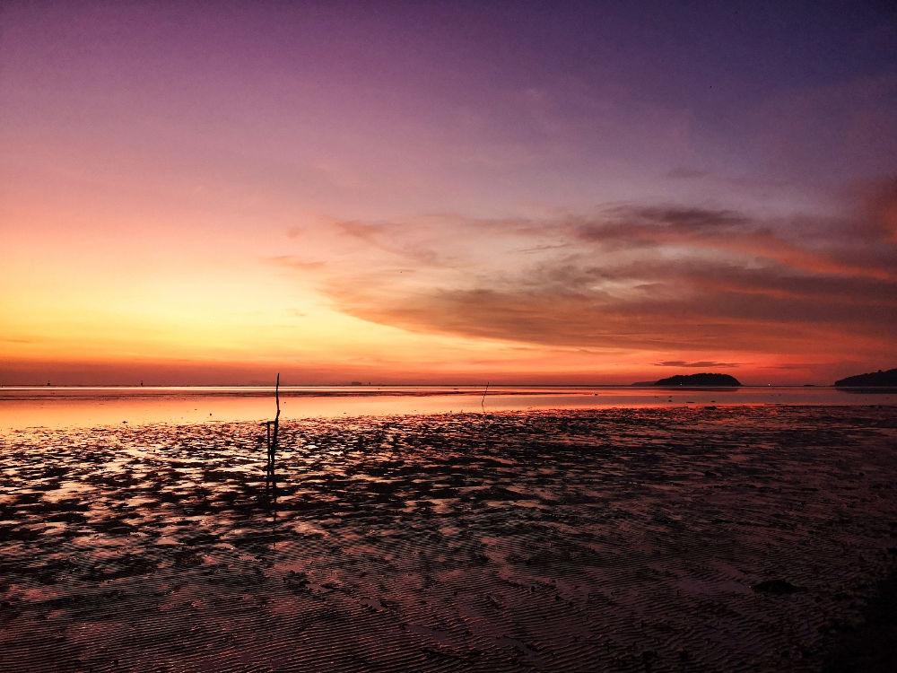 Sonnenaufgang in Phuket Town, Thailand, gesehen vom Park Saphan Hin. Wanderhunger