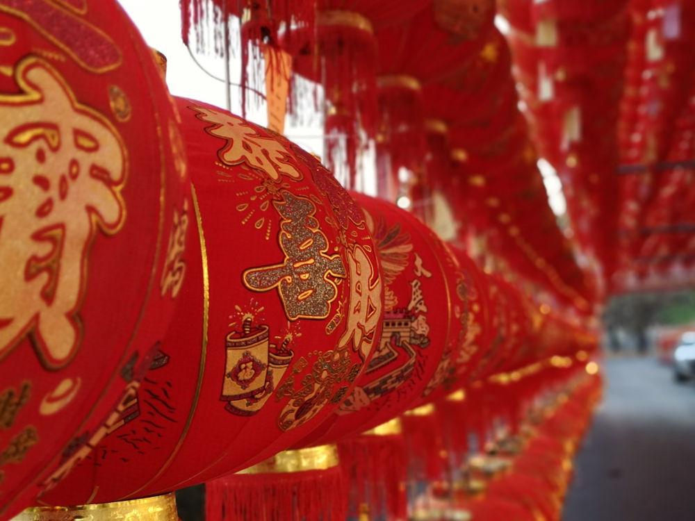 Chinesische Lampions vor dem Kua Tian Keng Schrein im Saphan Hin Park in Phuket Town anlässlich Chinese New Year. Wanderhunger