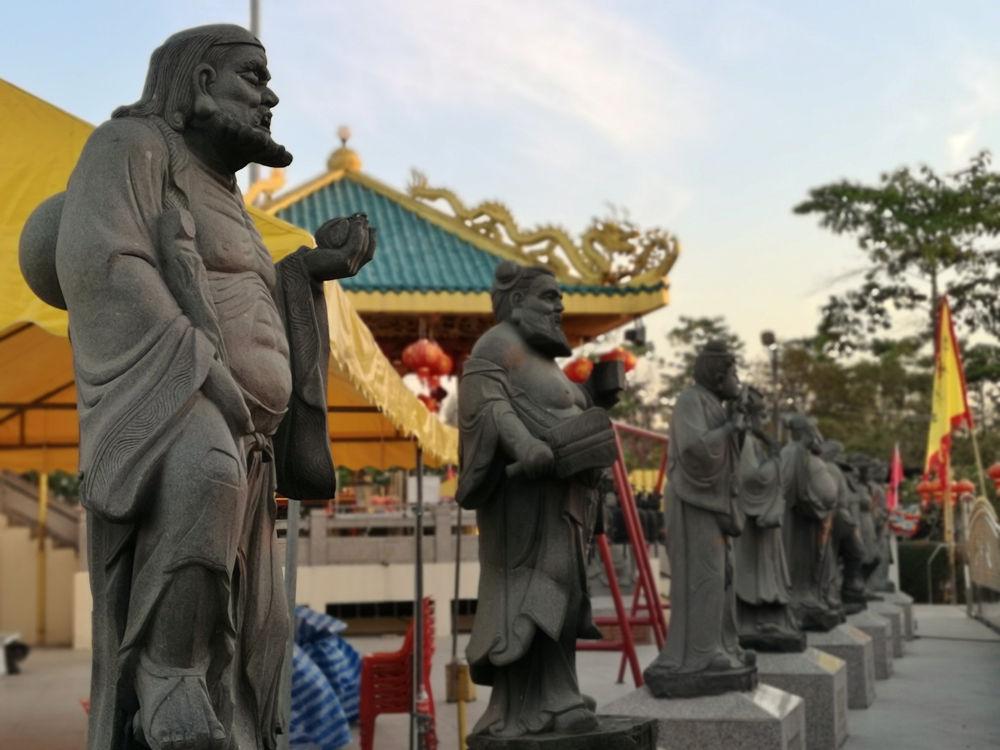 Statuen am chinesischen Schrein Kua Tian Keng im Saphan Hin Park in Phuket Town, Insel Phuket, Thailand. Wanderhunger