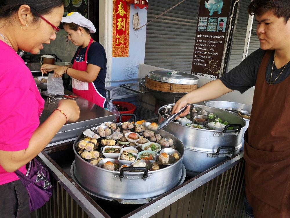 Zig verschiedene Sorten Dim Sum bietet Boonrat Dim Sum in Phuket Town in Thailand zum FRühstück bis 10 Uhr an. Wanderhunger