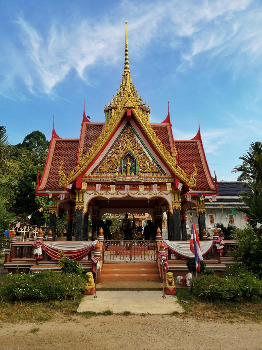 Eines der Gebäude von Tempel Wat Kathu auf Phuket mit zahlreichen künstlerischen Details. Wanderhunger