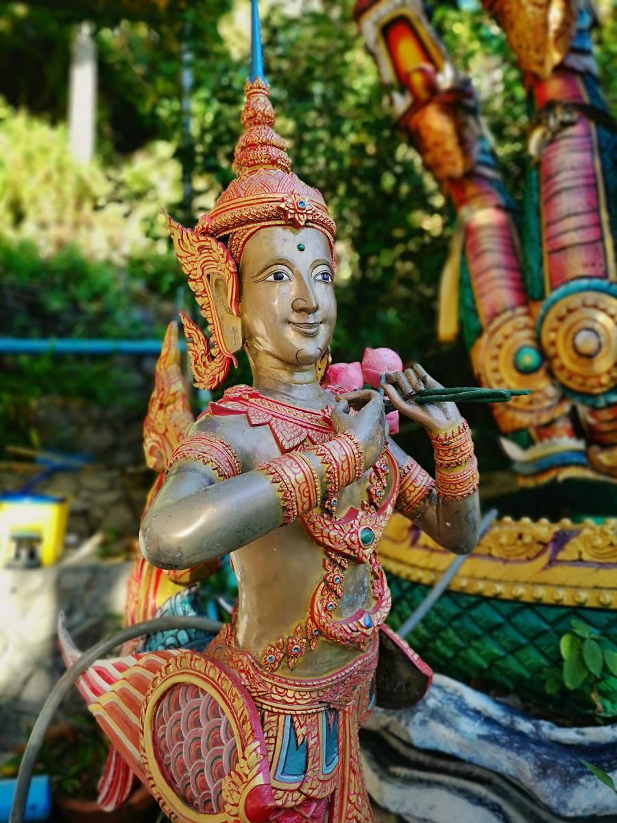 Eine mythologische Statue aus dem Buddhismus, Kinnari, halb Frau, halb Vogel. Sie steht für Schönheit, Grazie und Poesie. Wanderhunger