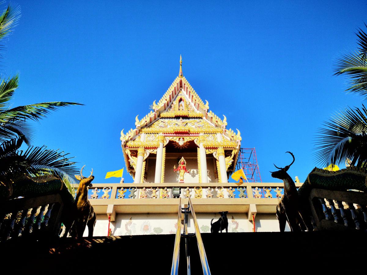 Blick von unten auf die Front des Haupttempels von Wat Khao Rang auf Phuket. Wanderhunger