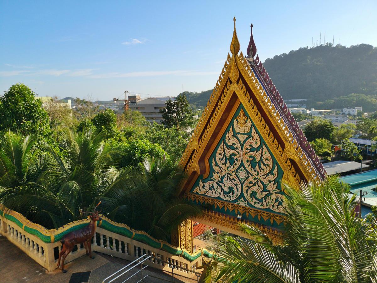 Durch dieses schöne Portal geht man, nachdem man die lange und steile Treppe hinauf zum Haupttempel gemeistert hat. Wat Khao Rang Tempel, Phuket. Wanderhunger