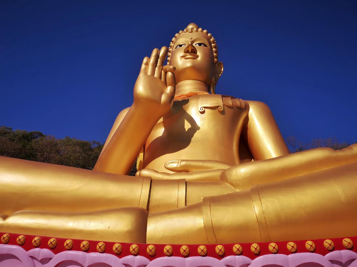 Der goldene Buddha des Wat Khao Rang auf Phuket, früher der Big Buddha, bevor der jetzige Big Buddha gebaut wurde. Wanderhunger