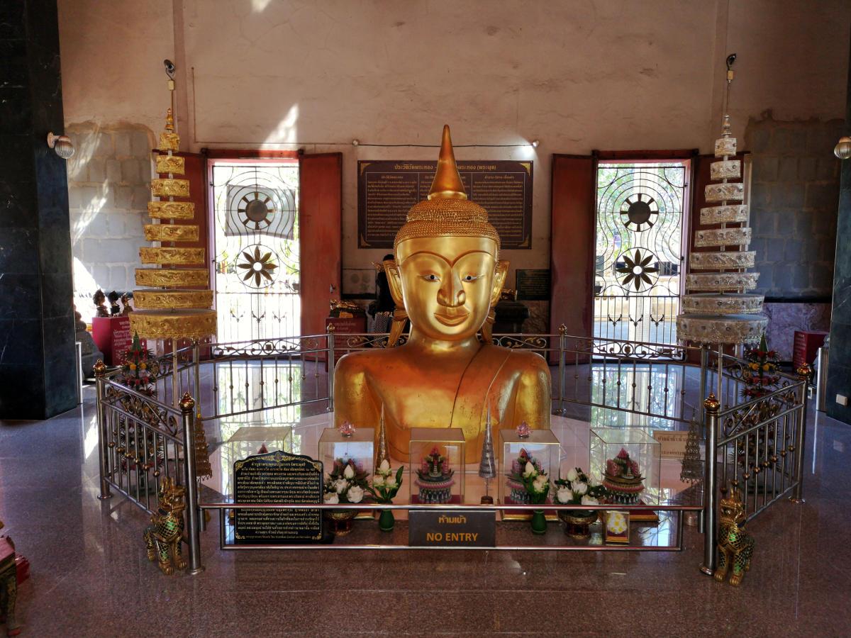 Der halb vergrabene Buddha im Haupttempel des Tempels Wat Phra Tong auf Phuket. Wanderhunger
