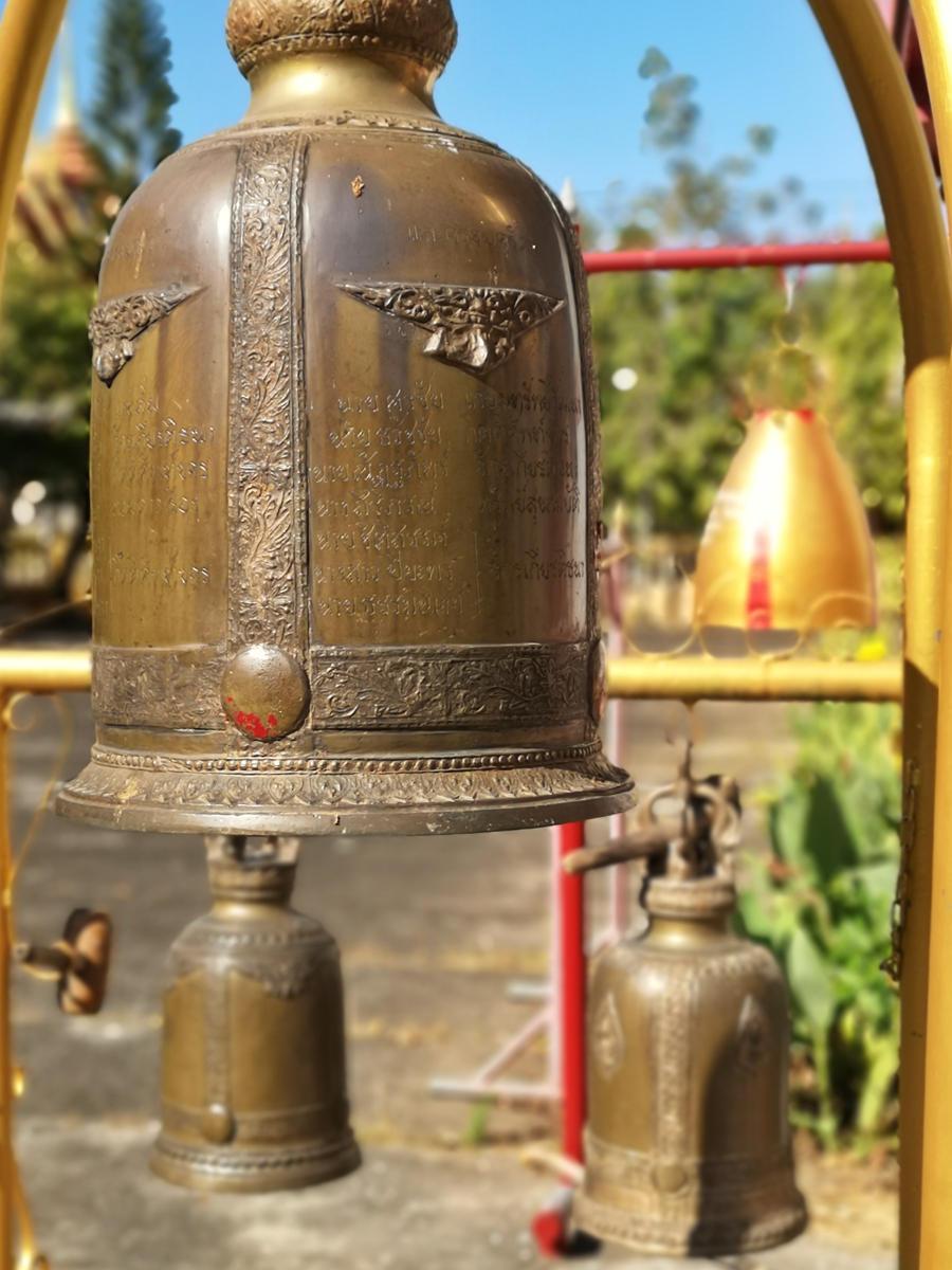 Glocken, die von Gläubigen geläutet werden, im Wat Phra Tong Tempel auf Phuket. Wanderhunger