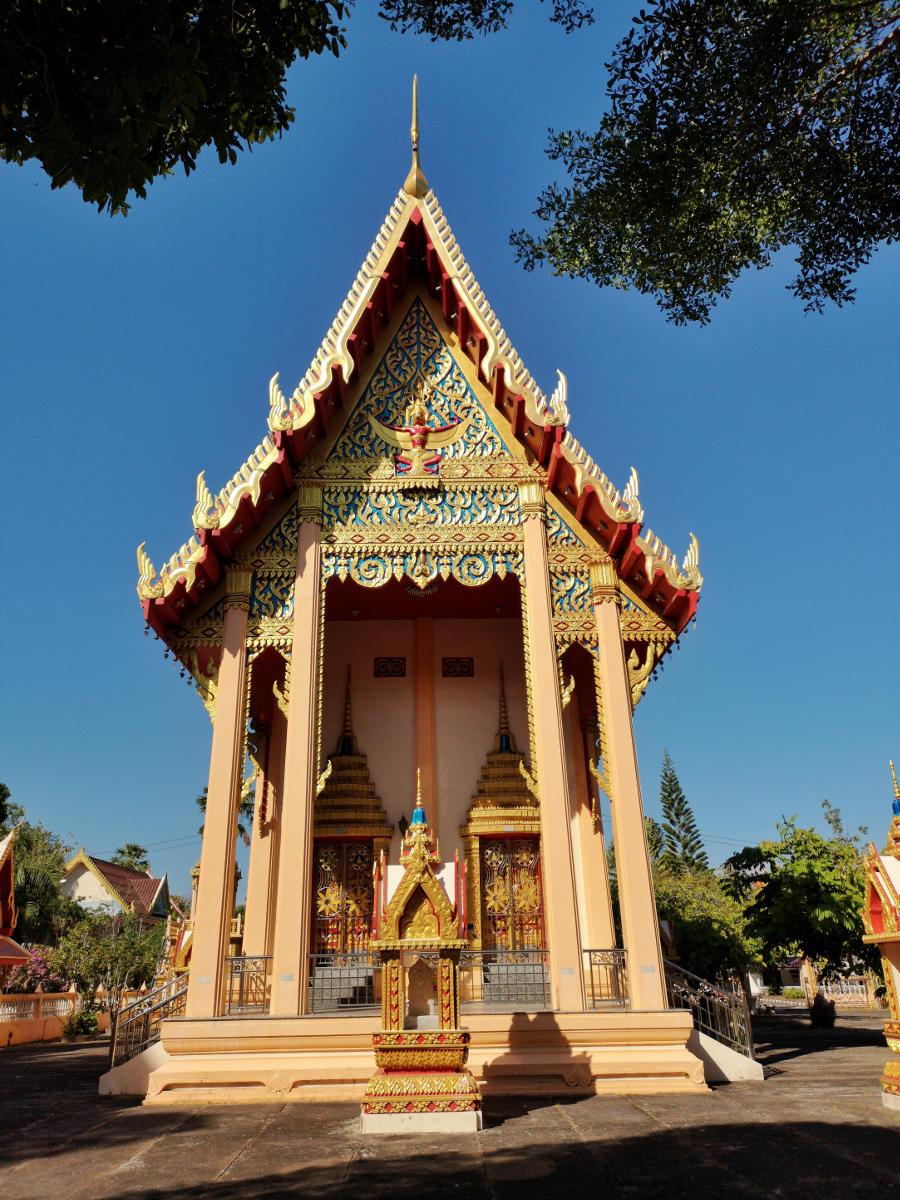 Ein Nebentempel in der Tempelanlage des Wat Phra Tong Tempels auf Phuket. Wanderhunger